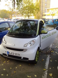 Der Smart electric drive passt in jede Lücke