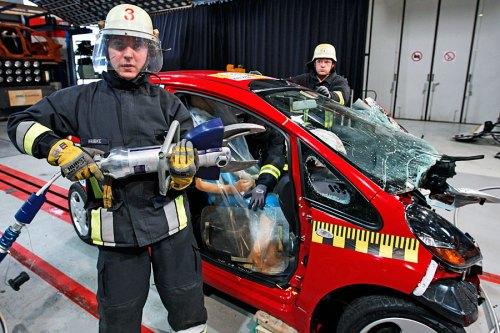 Mit der Zange an den Holm: Könnten Unfallhelfer einen Stromschlag kriegen?