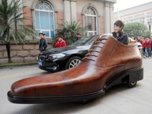 Ein Hingucker auf vier Rädern: Der Elektro-Schuh als Werbeträger. (Via: web.orange.co.uk/Foto: Kang Shoe Company)