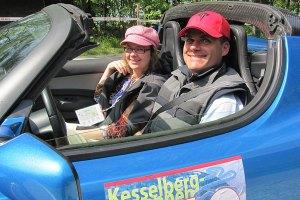 Hansjörg Freiherr von Gemmingen-Hornberg mit seiner Partnerin in seinem Tesla Roadster (Foto: Tesla)