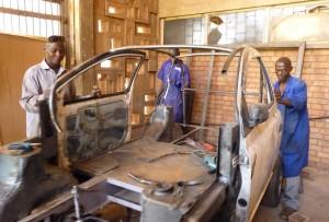 Die ugandischen Studenten in ihrer Werkstatt (Foto: Simone Schlindwein)