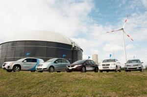 Fünf Wasserstoff-Autos vor dem Hybridkraftwerk der Firma Enertrag. Foto: Clean Energy Partrnership