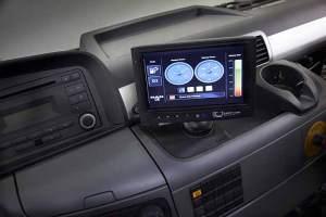 Das Farbdisplay im Cockpit informiert den Fahrer über die aktuellen Energieparameter.