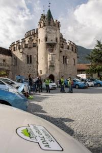 Ladepause für die eRallye am Kloster Neustift bei Brixen.