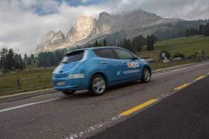 Ein Nissan Leaf vor eindrucksvoller Kulisse. Südtirols Berglandschaft bietet den perfekten Rahmen für die ADAC eRallye.