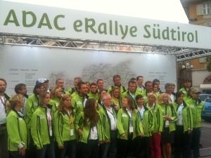 Die 19 Fahrerteams beim Start am Bozener Waltherplatz.