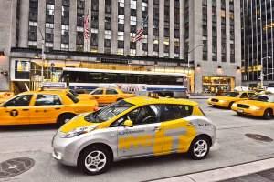 Der Nissan Leaf, ein elektrisch betriebenes Serienfahrzeug, fährt ab dieser Woche als Testtaxi in New York.