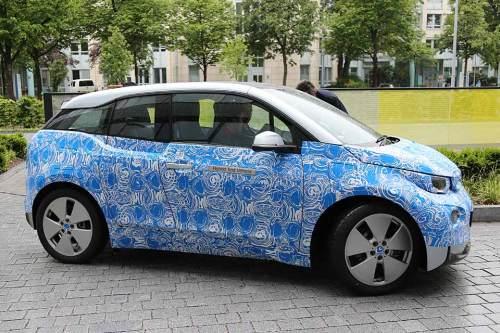 BMW schickt seine Elektroautos auf Testfahrt durch München.