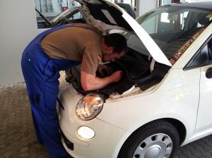 Nur keine Stromkabel und Kontakte anpacken: TÜV-Mann bei der Sichtprüfung