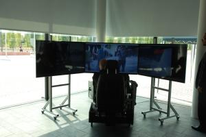 Von Bildschirmen umrahmt: Arbeitsplatz des Operators