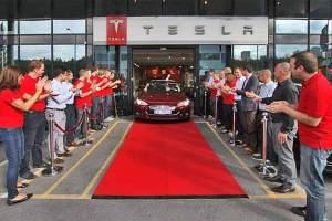 Roter Teppich für ein außergewöhnliches Auto: Der Tesla Model S verkaufte sich dieses Jahr in den USA besser als die Mercedes S-Klasse.
