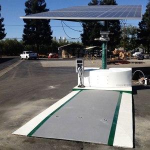 Zwar nicht auf Rädern, aber grundsätzlich mobil: Die Solar-Ladestation für E-Autos - eine Erfindung aus Kalifornien.