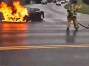 Der Tesla Model S forderte nach dem Einschlag eines Metallteils im Unterboden den Fahrer freundlich auf, anzuhalten und auszusteigen.