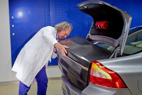 Volvo testet Fahrzeugbatterien aus Karbon, die gleichzeitig als Karosserieteile dienen.