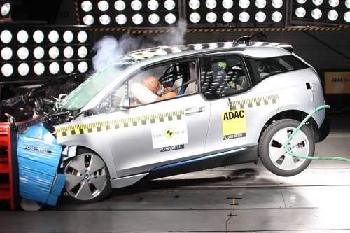 Die Knautschzone des BMW i3 reagiert vorbildlich, die Fahrgastzelle bleibt intakt.
