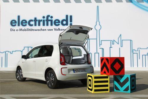 Stauraum statt Rückbank: VW zeigt mit der Studie e-load up! einen elektrisch angetriebenen Kleinstlieferwagen.