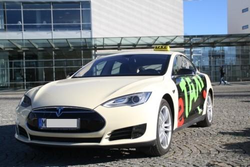 htIn München als ganz normales Taxi unterwegs: ein Model S von Tesla.  Foto: Taxi Center Ostbahnhof