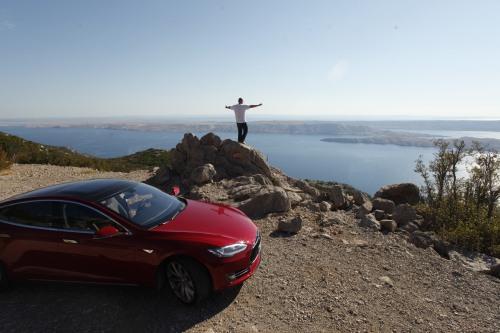 Blick auf die kroatischen Inseln. Das Model S wartet am Straßenrand (Quelle: Reiner Riedler/ADAC Reisemagazin).