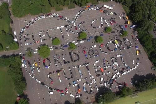 Ein Herz für die Elektromobiltät: Die Teilnehmer des E-Auto-Korsos formierten sich zur Liebeserklärung an die Strom-Fahrzeuge.