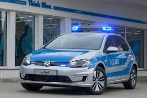 """Nur an einem kleinen Schriftzug (""""e-Golf"""") auf Kühlergrill und Heckklappe ist der Polizei-Golf als Elektroauto erkennbar."""