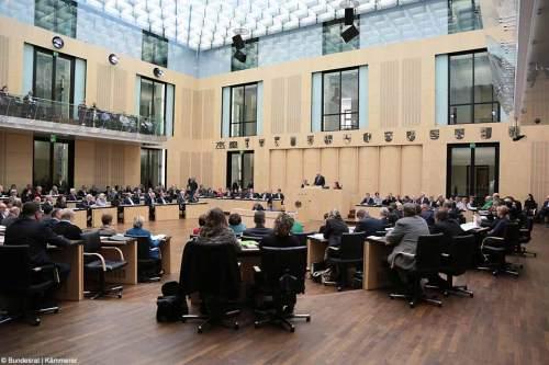 Mitglieder des Bundesrates besprechen sich im so genannten Preußischen Herrenhaus in Berlin zur Sinnhaftigkeit  aktueller Gesetzesvorlagen der Bundesregierung.