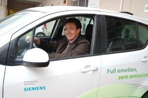 Dr. Randolf Mock im Forschungsuato von Siemens. Das Auto kann Strom speichern. mit dem Strom fahren oder den Strom ins Netz zurück geben (Foto: Rudschies)