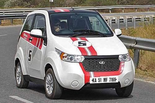 Ironie oder Zynismus? Kaum ein Auto hat einen Rennstreifen so wenig verdient wie der Mahindra e20, ein E-Fahrzeug mit eher bescheidenen technischen Daten.