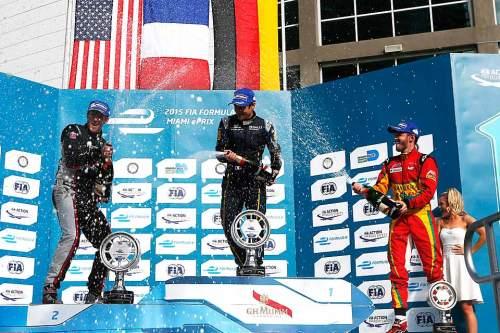Obligatorische Champagner-Dusche in Miami: Oben Mitte: Sieger Nico Prost, links: der Zweite Scott Speed, rechts: der Deutsche Daniel Abt, Dritter des Rennens.