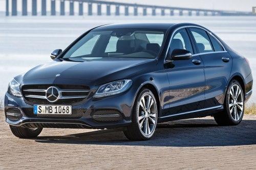 Von einem herkömmlichen C-Klasse-Mercedes wird der C350e äußerlich kaum zu unterscheiden sein. Bis zu 30 km soll er rein elektrisch fahren können.