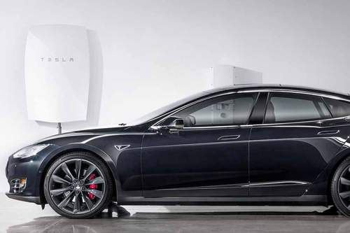 So sieht sie aus, die neueste Erfindung von Tesla: Die Powerwall (im Hintergrund links), mit der man auch seinen Tesla laden könnte.