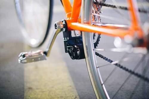 Walzenprinzip: Unter den Pedalen wird der E-Motor angeklemmt. Er treibt das Hinterrrad nur an, wenn das Fahrrad in Bewegung ist.