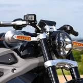 Unter dem Lenker liegende Rückspiegel mit integrierten Blinkern gehören zu den vielen feinen Details.