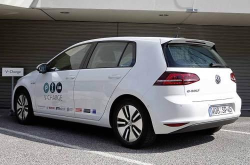 Selbstständig sollen E-Autos zukünftig zur induktiven Ladestation fahren.