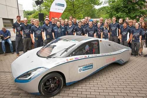 """Flunder mit Solar-Antrieb: Der Prototyp """"Sunriser"""" und seine Macher, die Studenten der Hochschule Bochum."""
