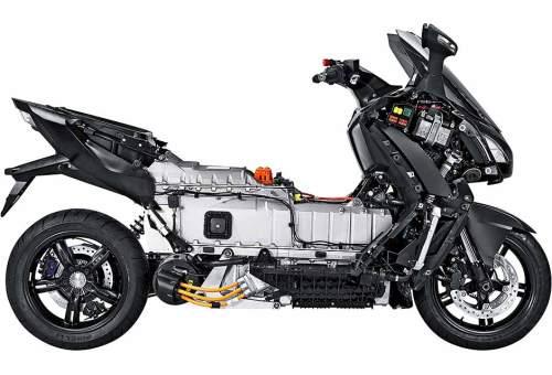 Akku und Technik brauchen im Elektro-Roller viel Platz.