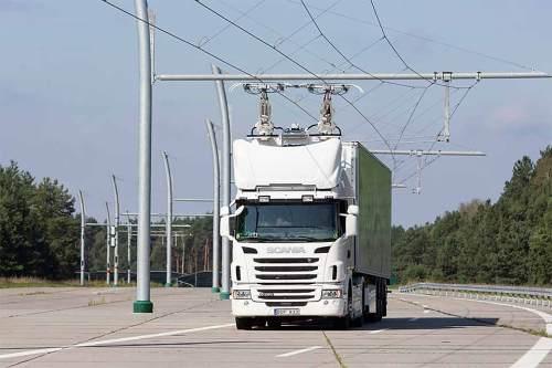 """Energieversorgung, Stromabnehmer und Hybridantriebstechnik machen den """"eHighway"""" zu einer umweltschonenden Güterverkehrslösung."""