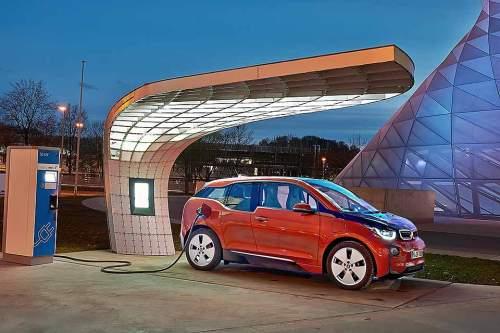 E-Fahrzeug an der Ladestation: Wird das weiterhin ein eher seltenes Bild bleiben oder boomt demnächst die E-Mobilität?