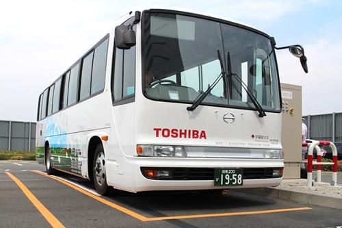Kantiger Look, futuristische Technologie: Der Toshiba-Bus verfügt über eine weiterentwickelte, kabellose Induktiv-Ladeplatte am Unterboden.