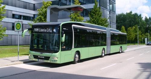 Bus von MAN: Beim Schnellladen nehmen die Busse in fünf bis zehn Minuten genügend Energie für bis zu 20 Kilometer Reichweite auf.