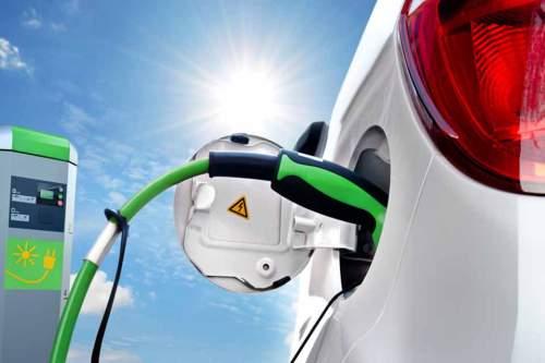 Strom tanken, Geld sparen: Zehn Jahre lang zahlen Käufer von neuen E-Autos keine Steuern.